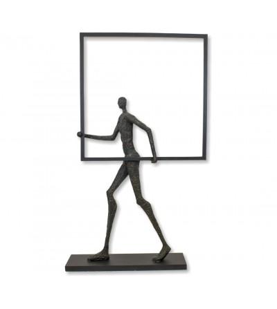 Escultura de figura humana homem com caixa