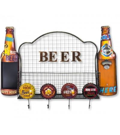 Flaschenregal mit Bierbeschriftung
