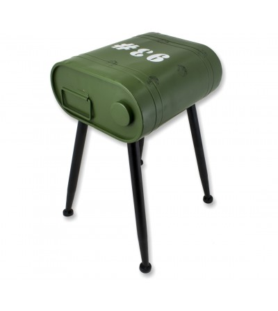 Mesa lateral de latas de gasolina verde